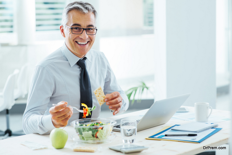 Eat-and-be-attentive-in-office