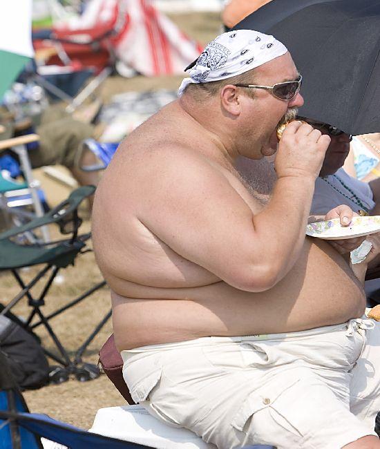 fat shirtless guy eating cheeseburger 2 kiq3d 1734