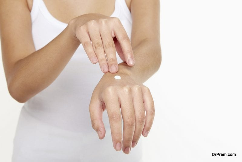 Protect the hands and feet from dryness