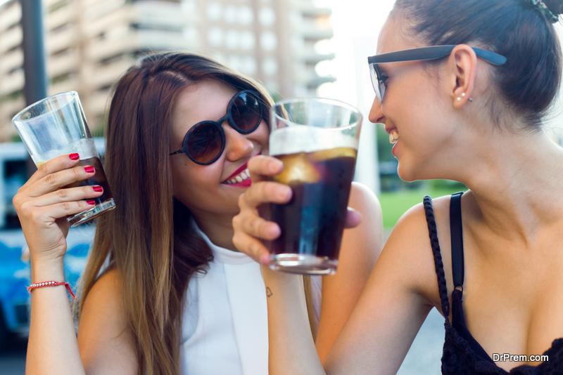 friends-enjoying-soft-drinks