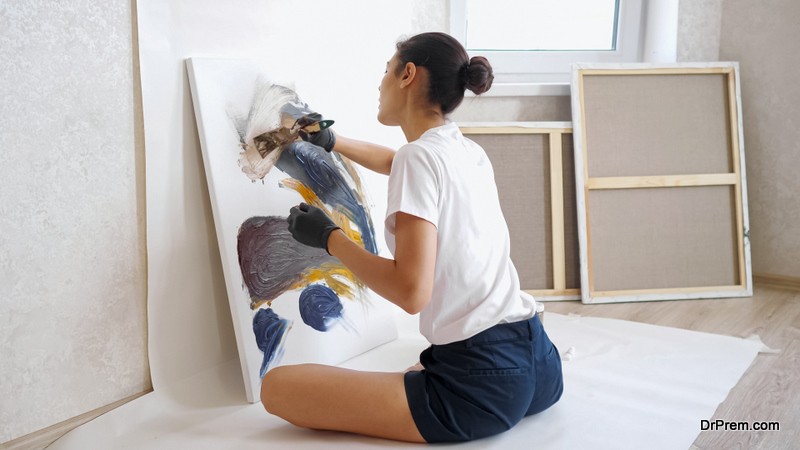 woman trying art